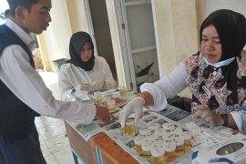 Tes urine siswa baru di SMK Negeri 8 Palembang Page 3 Small