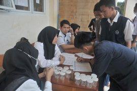 Tes urine siswa baru di SMK Negeri 8 Palembang Page 5 Small