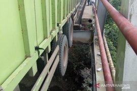Truk besar melebihi kapasitas melintasi, Jembatan Way Mesuji ambles Page 3 Small