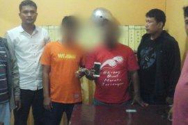 Dua orang penadah ponsel Santi Devi Malau karyawati BSM Tapteng ikut diamankan