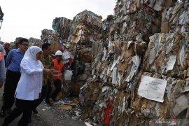 Gubernur Jatim minta material sampah kertas harus bebas plastik
