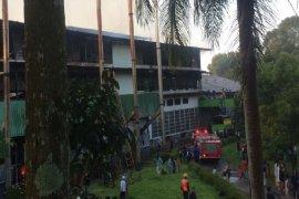 Lantai kayu bangunan  pabrik teh Goalpara PTPN VIII Sukabumi terbakar