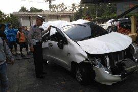 Minibus asal Padang lakalantas di Parapat, satu tewas