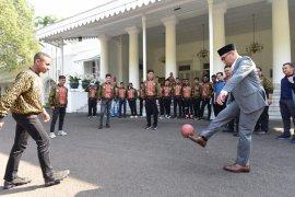 Gubernur Jabar main bola dengan anggota Timnas U-15 Iber Cup 2019