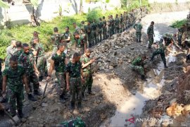 Prajuri Zeni TNI AD perbaiki turap sungai Cipancar di Bogor