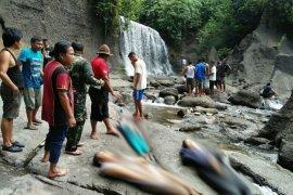 Tiga warga tewas di air terjun Pantai Salak
