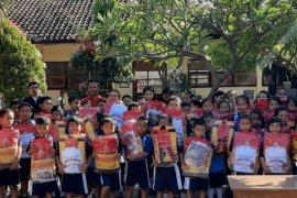 Alfamart salurkan ratusan perlengkapan sekolah di Bali