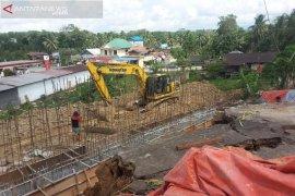 Pengerjaan siring di lokasi longsor Bukit Raya dikebut