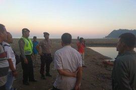 Petugas evakuasi santri tenggelam di muara Pantai Tulungagung