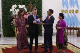 "Bola ""made in"" Majalengka jadi cenderamata dari Jokowi kepada Presiden Argentina"