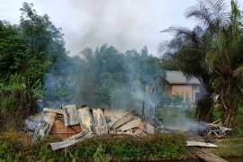 Selang kompor gas terlepas, rumah terbakar di Langkat