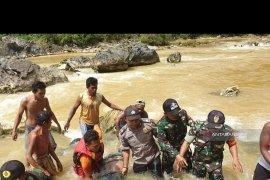 Korban travel masuk sungai di Madina ditemukan dua kilometer dari TKP