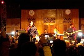 Penyanyi Astrid tampil memukau di Festival Rengganis Situbondo (Video)