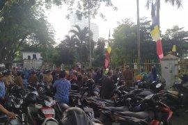Terlambat hadir, ASN berdiri di luar pagar pada upacara HUT Kota Medan