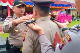60 personel anggota kepolisian Polres Kapuas Hulu naik pangkat