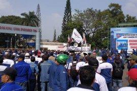 Ribuan buruh  demo tolak restukturisasi dan PHK PT KS