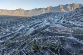 Butiran salju di Gunung Bromo tingkatkan kunjungan wisatawan