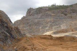 Semen Padang tanami areal bekas tambang dengan pohon produktif