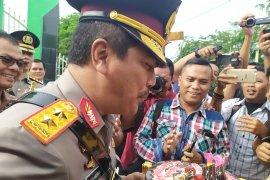 Kapolda Sumut  Irjen Pol Agus Andrianto dapat kejutan dari wartawan
