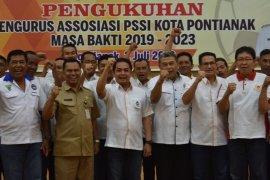 Bahasan kukuhkan 47 pengurus asosiasi PSSI Kota Pontianak