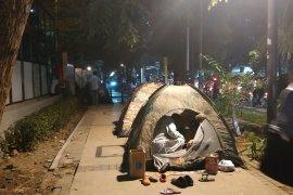 Pencari suaka Afghanistan enggan pindah dari trotoar Kebon Sirih