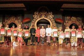 "Gubernur Koster jamin kesehatan ""pengabdi seni Bali"""