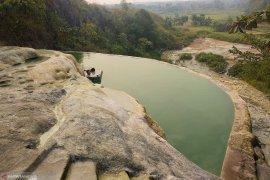 Berendam air hangat alami di Gunung Panjang Bogor