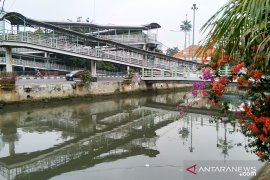 Sumber limbah medis terapung di Sungai Ciliwung masih ditelusuri