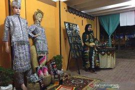 Pengunjung bisa beli kerajinan Kerawang Gayo di anjungan Aceh Tengah