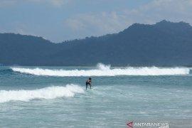Kompetisi selancar kembali digelar di Pulau Merah Banyuwangi