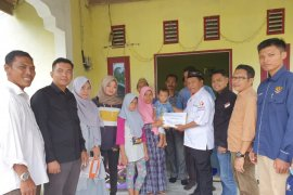 Bawaslu Riau santuni pengawas Pemilu yang meninggal dalam tugas di Meranti