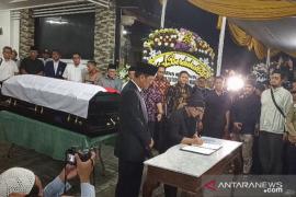 Usai diserahkan pada keluarga, jenazah Sutopo langsung dimandikan