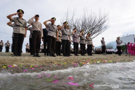 Tabur bunga untuk 11 Polisi Korban Tsunami Page 1 Small