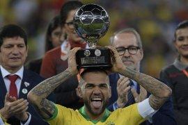 Dani Alves jadi pesepak bola dengan 40 trofi,  terbanyak dalam sejarah