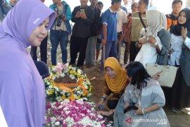 Ratusan orang antar jenazah Sutopo ke peristirahatan terakhir