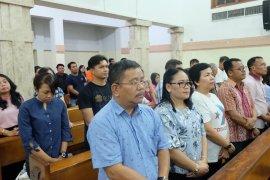 Bupati Sekadau Misa Sore di Gereja Katedral Banjarmasin