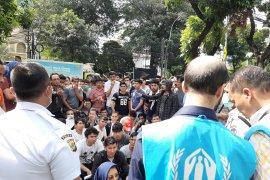 Pengungsi duduki jalanan di depan kantor UNHCR Jakarta