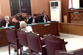 Hakim tegur Ratna Sarumpaet karena gunakan tasbih saat sidang