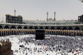 Jamaah shalat Jumat dengan cuaca panas ekstrem di Masjidil Haram
