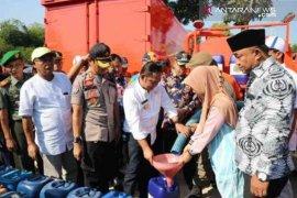 Bupati Bekasi bagikan air bersih kepada warga Cibarusah