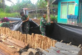 Warga Kuin Kecil- tim TMMD  Banjarmasin gotong royong bangun jalan