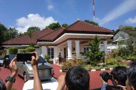 Bawa satu kardus durian ke Rumdin Gubernur Kepri, Kadis LH ikut diseret KPK