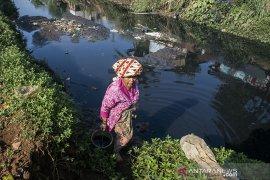 Pencemaran aliran sungai di Bandung