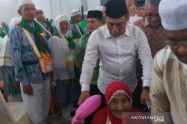 Gubernur Sumut dorong kursi roda jamaah calon haji usia lanjut