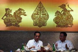 Pelukan Jokowi dan Prabowo yang menyejukkan