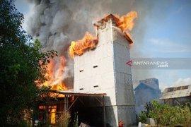 Bangunan sarang walet dan barak Barito Timur ludes