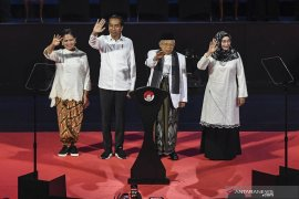 Jokowi menang, seorang perempuan cukur botak