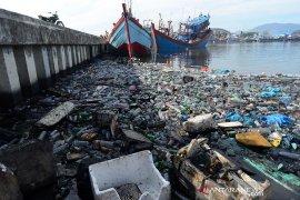 Sampah botol plastik cemari Pelabuhan Lampulo