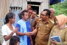 Wagub Maluku bantu satu keluarga miskin di Kota Ambon