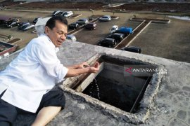 Aksi nekat Bupati Tapsel panjat tower reservoir belasan meter